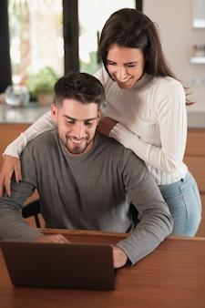 Frau, die mittleren schuss des ehemanns umarmt