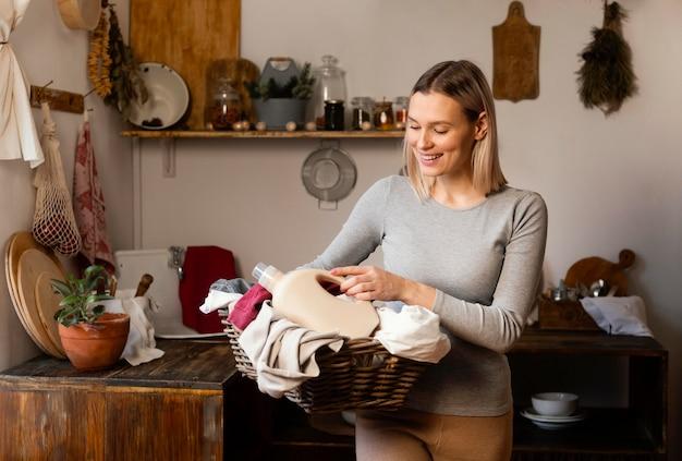 Frau, die mittleren schuss des wäschekorbs hält