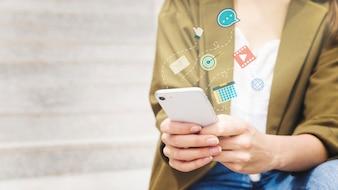 Frau, die Mobiltelefon mit verschiedenen Anwendungen verwendet