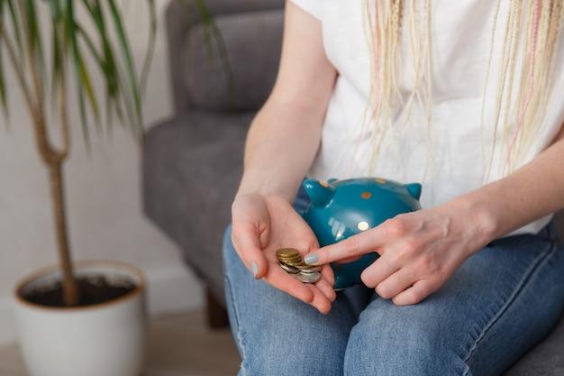 Frau, die münzen in ihren händen zählt. erdnüsse und ersparnisse
