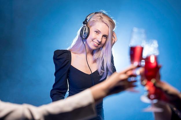 Frau, die musik für party mischt