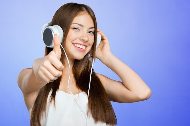 Frau, die musik hört