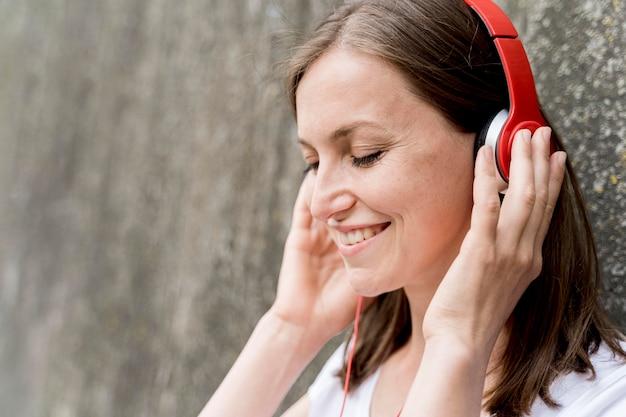 Frau, die musik in den kopfhörern genießt
