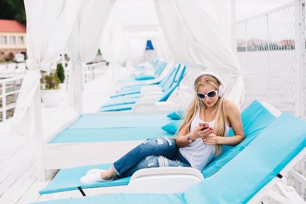 Frau, die musik mit smartphone hört