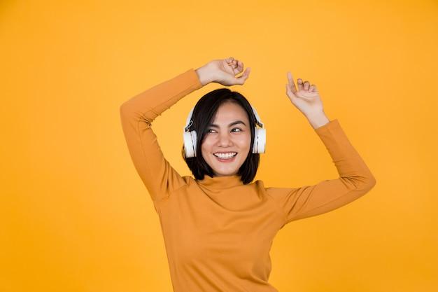 Frau, die musik mit weißen kopfhörern hört
