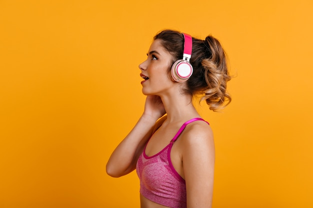 Frau, die musik während des trainings hört