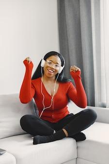 Frau, die musik zu hause hört