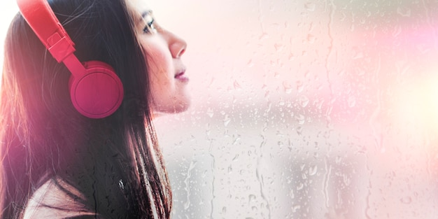 Frau, die musikporträt hört