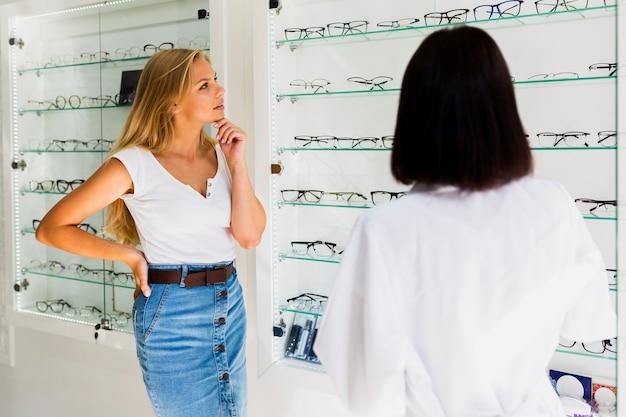 Frau, die nach brillenrahmen sucht