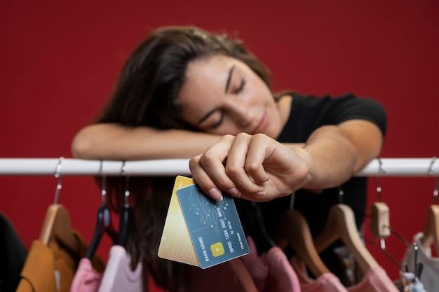 Frau, die nach dem einkauf müde ist