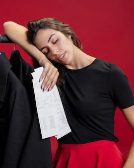 Frau, die nach dem einkauf müde schaut