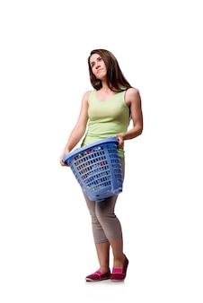 Frau, die nach dem handeln der schmutzigen wäscherei gesessen glaubt