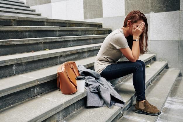 Frau, die nach der trennung weint