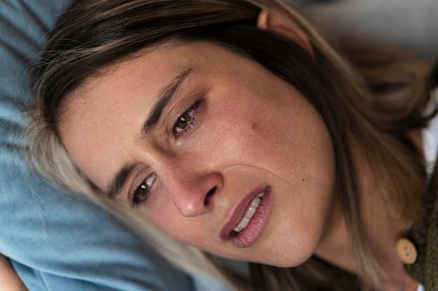 Frau, die nach einem kampf im bett weint