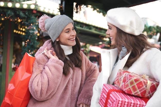 Frau, die nach großen weihnachtseinkäufen diskutiert