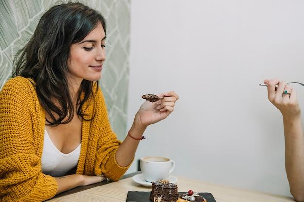 Frau, die nachtisch mit freund isst