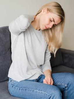 Frau, die nackenschmerzen erfährt