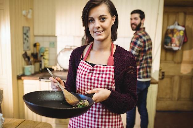 Frau, die nahrung in der küche zubereitet