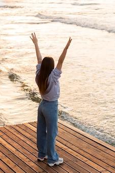 Frau, die neben dem meer steht