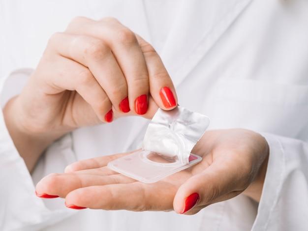 Frau, die neue kontaktlinsen aus dem karton nimmt