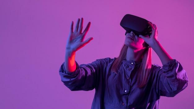 Frau, die neue technologie trägt