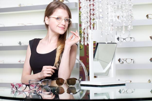 Frau, die neues paar brillen kauft