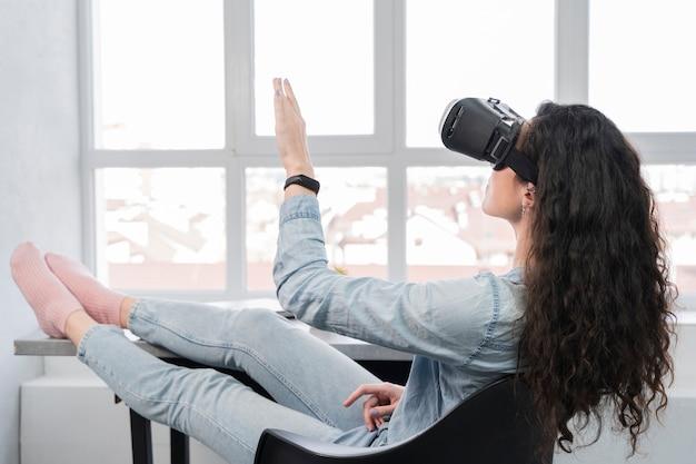 Frau, die neues tech-virtual-reality-headset verwendet