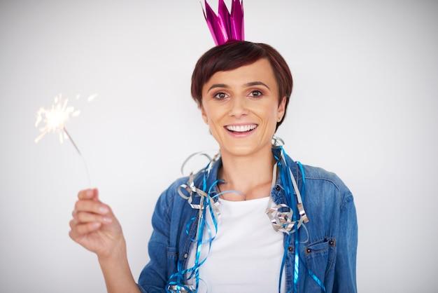 Frau, die neujahr mit einer wunderkerze feiert