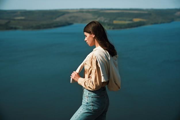 Frau, die oben auf dem berg in der nähe des flusses dnister steht
