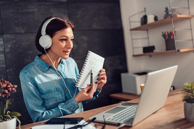 Frau, die on-line-lektionen gibt