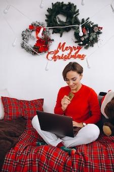 Frau, die online auf weihnachten kauft
