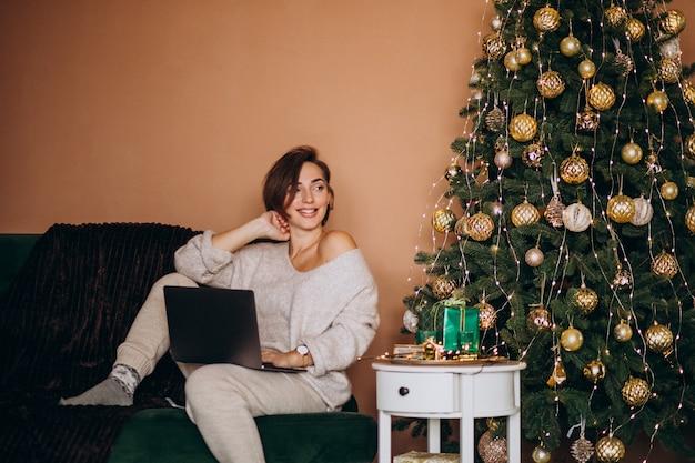 Frau, die online auf weihnachtsgeschäft kauft