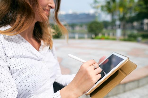 Frau, die online-dokumente unterzeichnet