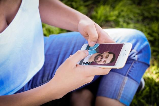 Frau, die online plaudert, indem sie videoanruf auf smartphone macht