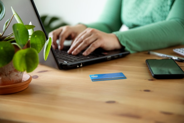 Frau, die online-shop-e-commerce-konzept kauft