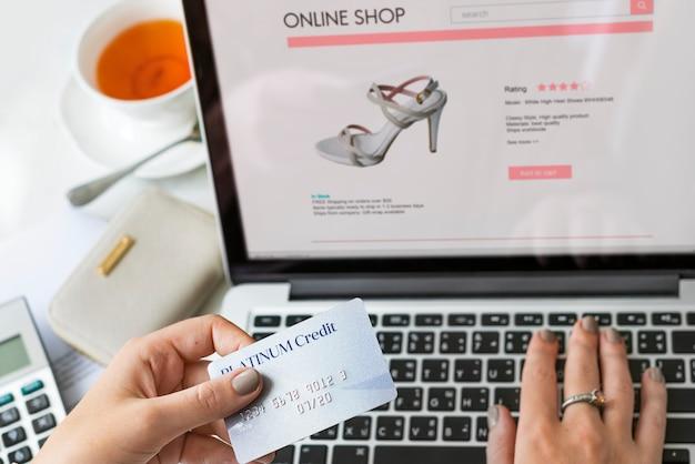 Frau, die online shoppig genießt