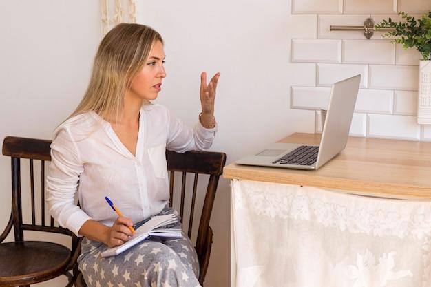 Frau, die online-treffen hat