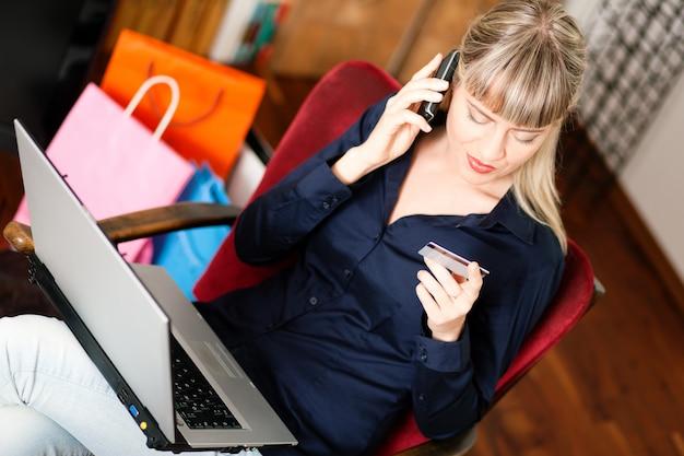 Frau, die online über internet von zu hause aus kauft