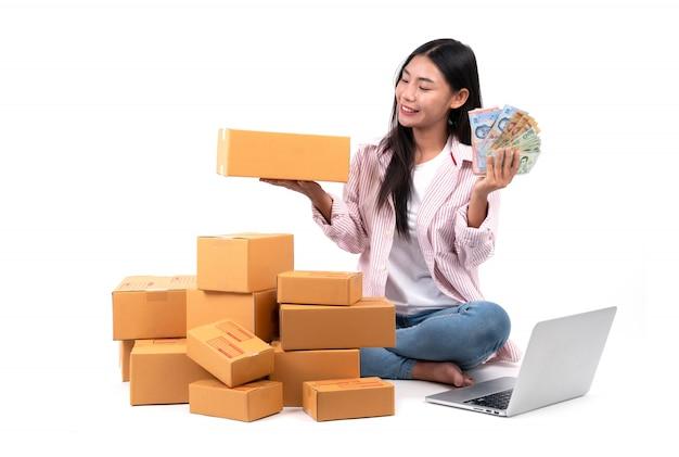 Frau, die online verkauft