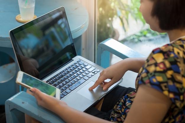 Frau, die online zu hause mit digitalen geräten kauft