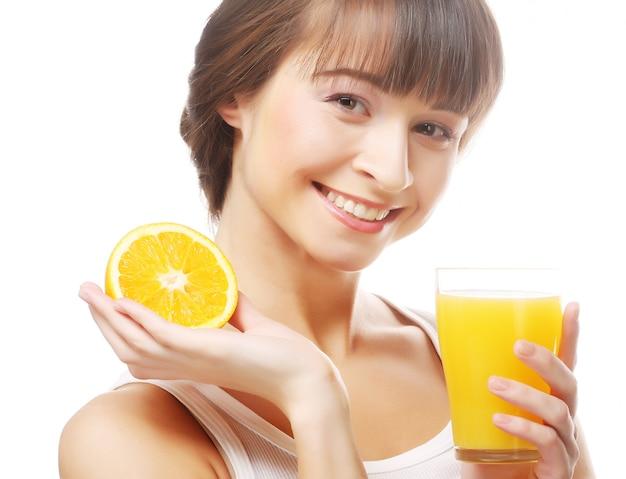 Frau, die orangensaft hält