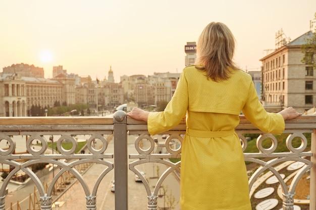 Frau, die panorama am abend betrachtet