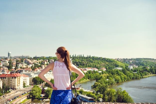 Frau, die panoramablick von prag genießt. tschechien