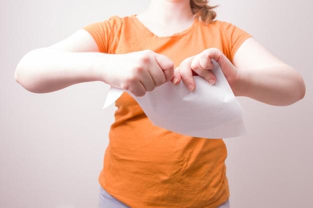 Frau, die papier zerreißt
