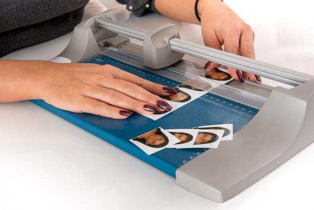 Frau, die passfotos schneidet und sortiert