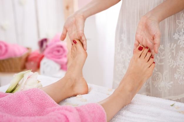 Frau, die pedikürebehandlung an einem spa-salon hat. schönheitskonzept.