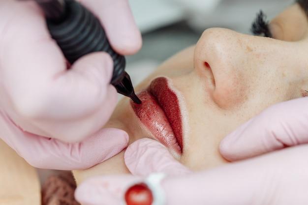 Frau, die permanentes make-up auf den lippen hat