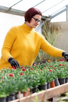 Frau, die pflanzen wächst
