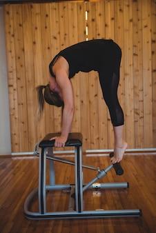 Frau, die pilates im fitnessstudio übt