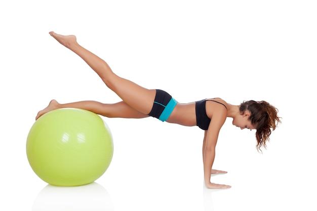 Frau, die pilates mit einem ball tut